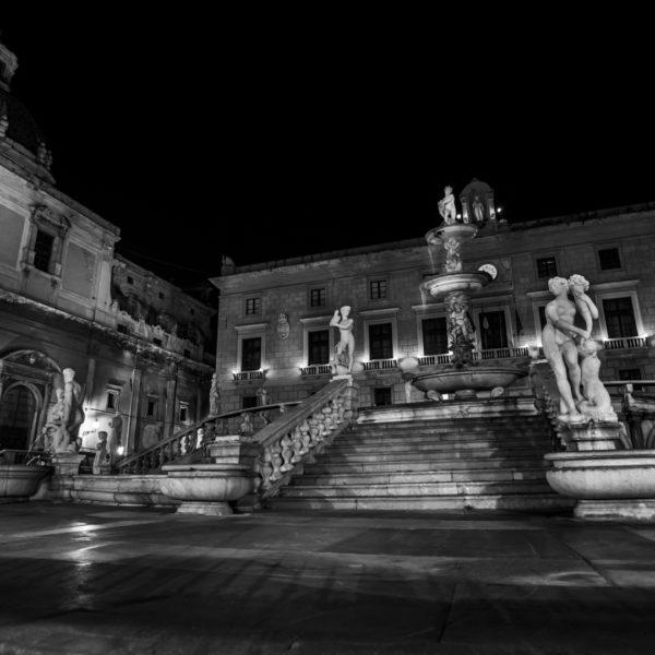 notte a palermo centro storico piazza pretoria