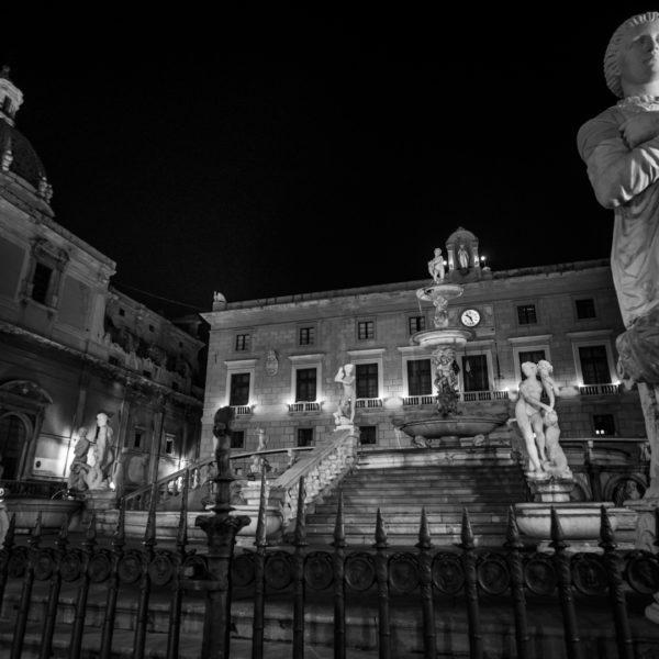 piazza pretoria di notte bianco nero fotografia di fabio sciacchitano
